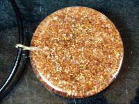 Sugilith Anhänger mit Gold