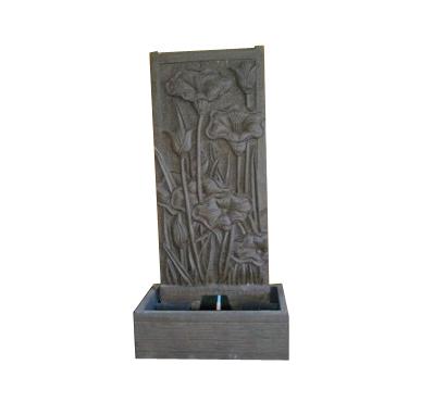 Brunnen mit Lilienmotiv