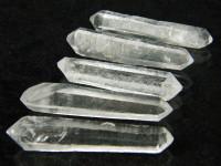 Doppelender Kristall mit roten Einschlüssen