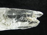 Polierter Bergkristall mit Chlorit und Turmalin