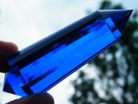 Blauer Vogel Cut Kristall 24-seitig aus Laborquarz